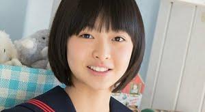 姫川優花 赤いスカーフと濃紺のセーラー服画像