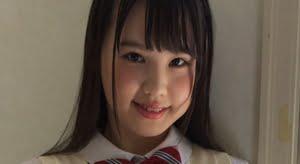 山崎水愛 黄色いベストと紺色ハイソなプリスカ制服画像