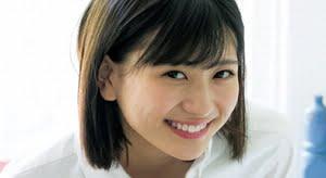 山田南実 紺ソックスとチェック柄プリスカの制服画像