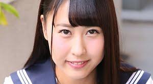 三浦杏 セーラー服でしゃがみパンチラしている制服画像