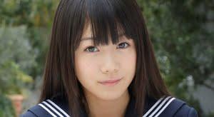 安藤穂乃果 白ソックスと紺色セーラーの制服画像