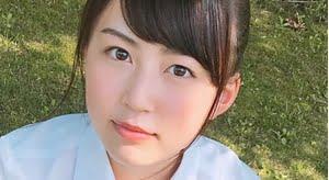 星川遥香 エンジ色のネクタイとプリスカの制服画像
