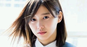 渡邉理佐 お嬢様な雰囲気な白ソックスの制服画像