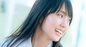 賀喜遥香 ブルーのシャツにネクタイとプリスカの制服画像