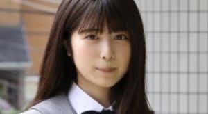 吉田莉桜 グレイのブレザーに紺色ハイソックスな制服画像