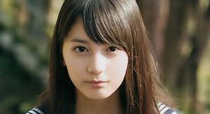 小坂菜緒 青いスカーフのセーラー服画像