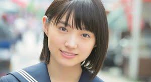 太田夢莉 赤いスカーフの紺色セーラー服画像