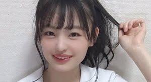 新澤菜央 白い生足のチェック柄プリスカ制服画像