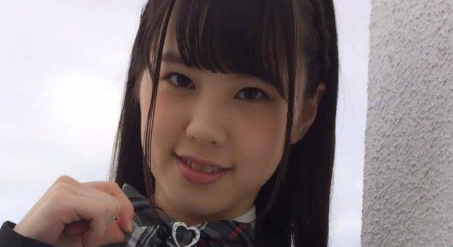 山崎水愛 紺色ブレザーとプリスカの制服画像