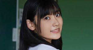 林田百加 白いシャツと紺色プリスカの制服画像