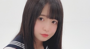 鈴木未央 紺色ハイソックスなセーラー服画像
