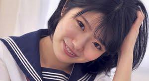 山田かな 紺色ハイソックスなセーラー服画像