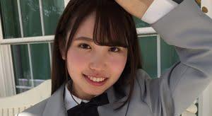 大沢麗菜 グレイのブレザーと紺色ソックスな制服画像